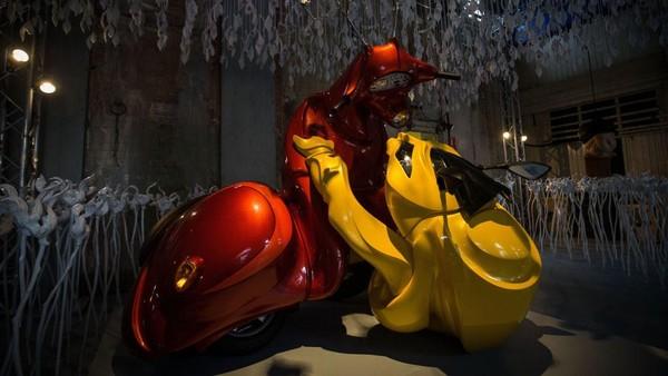 Karya seni Patricia Piccinini terlihat di salah satu ruangan di Flinder Street Station, Melbourne, Australia.