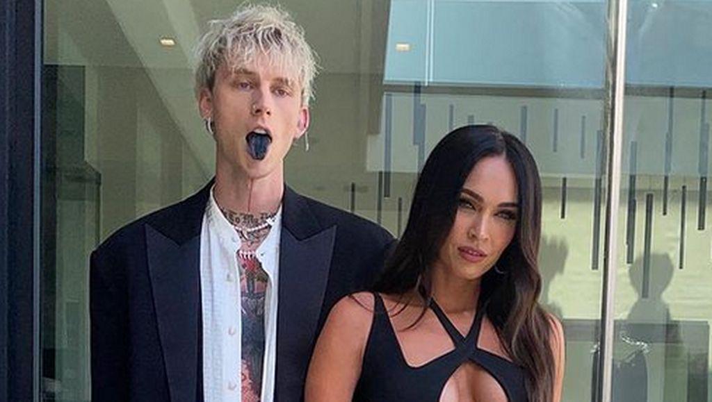 Heboh Megan Fox Seksi dan Merokok di Konser Machine Gun Kelly