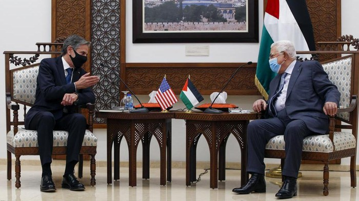Palestinian President Mahmoud Abbas, right, meet with U.S. Secretary of State Antony Blinken, in the West Bank city of Ramallah, Tuesday, May 25, 2021. (AP Photo/Majdi Mohammed, Pool)
