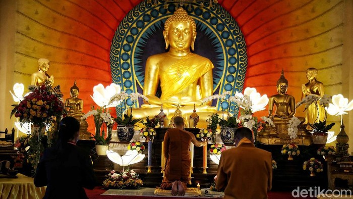 Sejumlah umat Buddha memanjatkan doa saat detik-detik puncak peringatan Tri Suci Waisak di kawasan Vihara Dhammacakka Jaya, Sunter Agung, Jakarta Utara, Rabu (26/5).