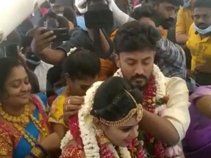 Pasangan asal India menikah di pesawat dengan undangan 170 tamu