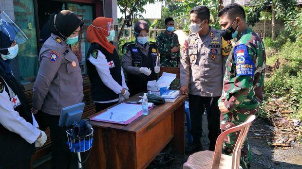 Aparat gabungan dari TNI/Polri beserta Satpol PP Kabupaten Lombok Tengah melakukan penyekatan di tempat wisata.