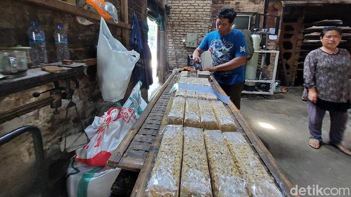 Perajin tempe di Cimahi menyebut kenaikan harga kedelai tak normal