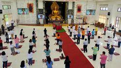 Ibadah Umat Buddha di Surabaya Dibatasi dan Patuh Protokol Kesehatan
