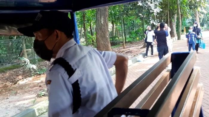 Petugas saat patroli mengingatkan pengunjung ragunan soal prokes (Rahmat Fathan-detikcom)