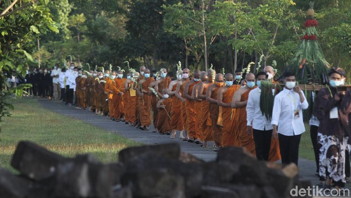 Umat Budha melaksanakan prosesi Pradaksina saat perayaan ibadah Hari Raya Waisak 2565 BE dengan berjalan mengelilingi Candi Sewu.