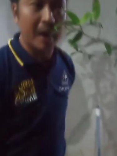 Screenshot video viral pria ancam kurir pakai samurai
