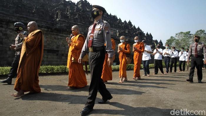 Umat Buddha merayakan Hari Suci Waisak hari ini. Di Candi Borobudur, perayaan waisak hanya dilakukan oleh biksu dan sejumlah umat Buddha karena masih pandemi COVID-19.