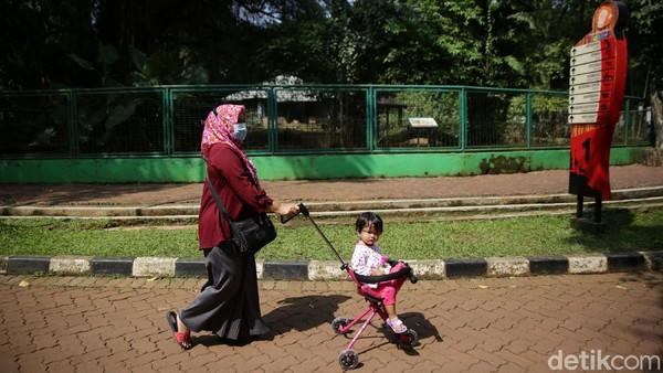Mayoritas warga datang dengan mengajak anak-anaknya.