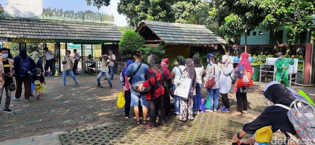 Suasana Taman Margasatwa Ragunan pada 26 Mei 2021, libur Hari Raya Waisak. (Rahmat Fathan/detikcom)
