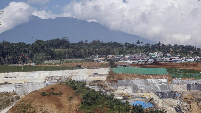 Aktivitas pembangunan Bendungan Ciawi dan Sukamahi di Ciawi, Kabupaten Bogor, Jawa Barat, Rabu (26/5/2021). Menurut Menteri PUPR Basuki Hadimuljono pembangunan Bendungan Ciawi dan Sukamahi merupakan bagian dari rencana induk pengendalian banjir (flood control) Jakarta dan optimistis konstruksi Bendungan tersebut rampung Juli 2021. ANTARA FOTO/Yulius Satria Wijaya/aww.