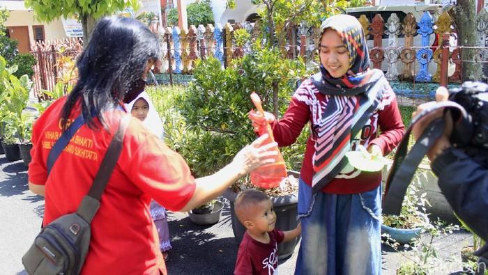 Umat Buddha tengah merayakan Hari Raya Waisak tahun Buddhis atau 2021. Sejumlah umat Buddha pun mendatangi Vihara Tanda Bhakti, Kota Bandung, untuk beribadah.