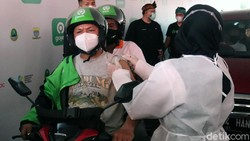 Pemkot Bandung terus melakukan percepatan vaksinasi COVID-19. Ditargetkan 10 ribu warga Kota Bandung terdiri dari lansia dan mitra Gojek mendapatkan vaksinasi.
