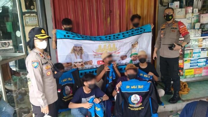7 Pemuda diamankan hendak demo di depan PN Jaktim. Mereka bawa spanduk HRS dan Habib Bahar, Kamis (27/5/2021). Foto dikirim Kapolsek Pulogadung Kompol Beddy