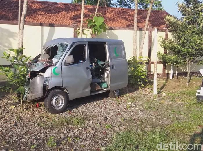 Ambulans pembawa jenazah mengalami kecelakaan di Brebes, Kamis (27/5/2021).