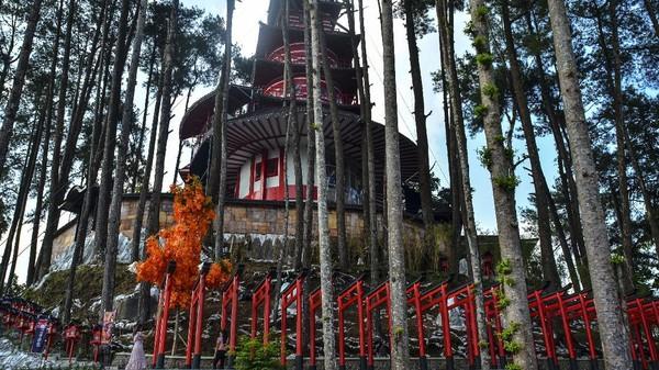 Sensasi berlibur ala Korea Selatan dan Jepang bisa kamu dapat di Taman Wisata Karang Resik. Ada anjungan kincir angin khas Belanda dan taman Volendam khasnya. (Antara Foto/Aden Bustomi)