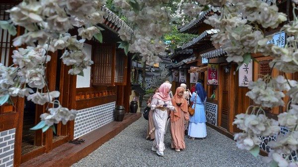 Sejumlah pengunjung menikmati wisata Jeju Park Anjungan Korea di Taman Wisata Karangresik, Kota Tasikmalaya, Jawa Barat, Rabu (26/5/2021).