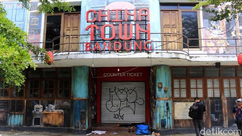 Pandemi COVID-19 begitu dahsyat mengguncang sektor wisata di Indonesia. Salah satu yang menjadi korbannya adalah Chinatown Bandung.