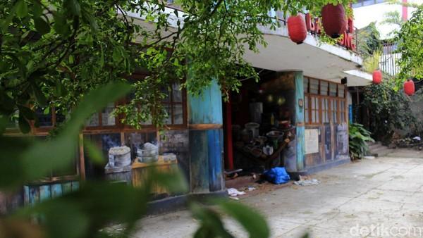 Wajah tempat wisata di kawasan pecinan itu terlihat kusam, coretan vandalisme mengotori bangunan utama yang masuk dalam kategori cagar budaya itu.