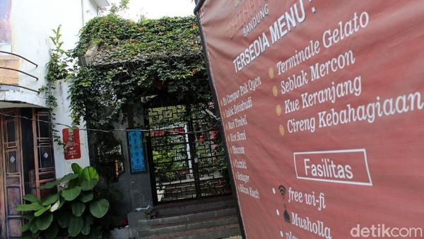 Yana (35) mantan pekerja di Chinatown Bandung mengatakan, semua barang yang berada di dalam Chinatown Bandung telah dialihkan. Menurutnya, saat pandemi merebak manajemen tempat wisata kelabakan untuk menutupi biaya operasional.