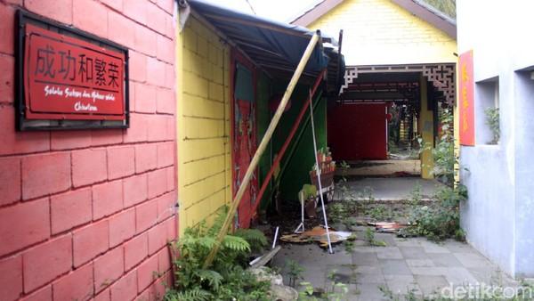 Menurut Yana, saat malam di lokasi bekasi Chinatown Bandung terlihat lebih angker. Pasalnya, tidak ada penerangan lagi di sana.