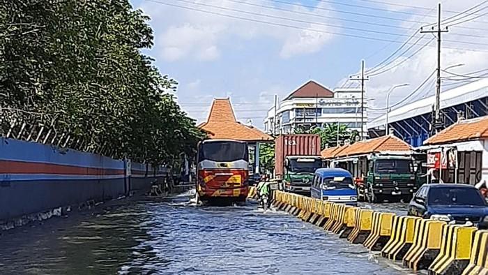 Dampak Gerhana Bulan Total, Banjir Rob Rendam Jalan Kalimas Surabaya