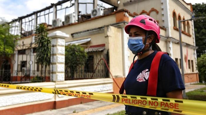 Aksi unjuk rasa memprotes reformasi pajak belum mereda di Kolombia. Salah satu gedung pengadilan pun jadi sasaran pembakaran pengunjuk rasa anti-pemerintah.