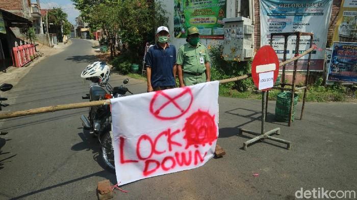 Desa Loram Kulon, Kudus dilockdown usai puluhan warga termasuk kadesnya positif Corona. Foto diambil Kamis (27/5/2021).