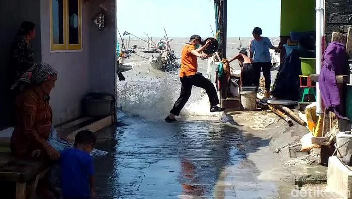 Jalan Nambangan Perak, Surabaya, terendam banjir rob dan angin kencang. Hal itu diketahui terjadi akibat efek gerhana bulan.