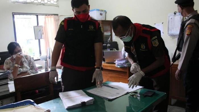 Kejari Karangasem geledah kantor Dinsos Karangasem untuk mencari bukti dugaan korupsi pengadaan masker.