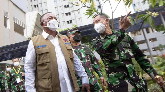 Kepala Badan Nasional Penanggulangan Bencana (BNPB) Letjen TNI Ganip Warsito (kedua kiri) berbincang dengan Kepala Pusat Kesehatan (Kapuskes) TNI Mayjen TNI Tugas Ratmono (kanan), Pangdam Jaya Mayjen TNI Dudung Abdurachman (kedua kanan) dan Komandan Lapangan Rumah Sakit Darurat Covid-19 (RSDC) Wisma Atlet Letkol (Mar) Muhammad Arifin (kiri) saat mengunjungi RSDC Wisma Atlet, Kemayoran, Jakarta, Rabu (26/5/2021). Letjen TNI Ganip Warsito meninjau fasilitas kesehatan RSDC Wisma Atlet Kemayoran perdana usai dilantik menggantikan pejabat lama Letjen TNI Doni Monardo. ANTARA FOTO/M Risyal Hidayat/rwa.