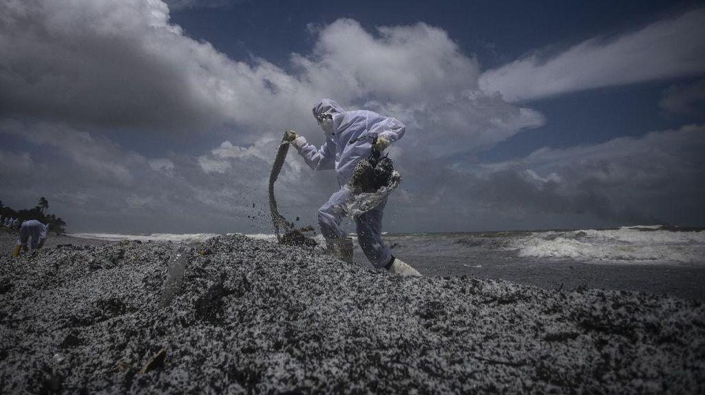 Limbah Kapal Kargo yang Terbakar Cemari Pantai Sri Lanka