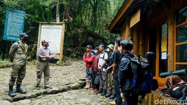 Begini penampakan rombongan pendaki yang hendak mendaki Gunung Gede via jalur Cibodas, Jawa Barat. Cibodas menjadi jalur favorit karena pendaki bisa langsung menuju puncak Gede atau Pangrango dari pos Kandang Badak.