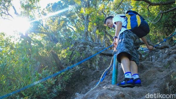 Sebelum mendaki, petugas memberikan pengarahan singkat kepada pendaki soal apa yang boleh dan tidak boleh dilakukan selama pendakian.