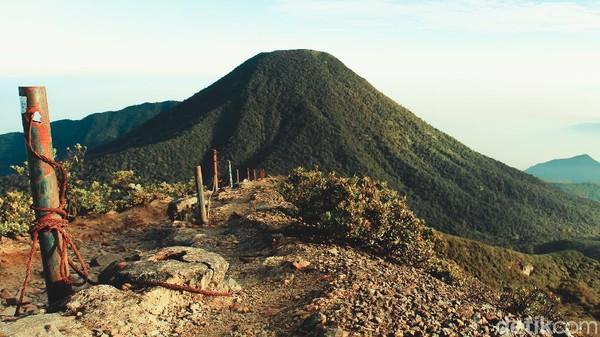 Untuk jalur Cibodas, pendaki akan disuguhkan medan air panas sebelum pos Kandang Batu dan tanjakan setan sebelum batas vegetasi ke puncak Gede. Dari puncak, pendaki bisa melihat Gunung Pangrango, kawah Gunung Gede, dan Alun-alun Suryakencana.