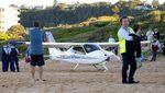 Mesin Rusak, Pesawat Ini Mendarat Darurat di Pantai Sydney