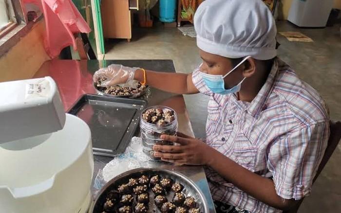Pantang Menyerah, Penjual Kue Tunanetra Ini Semangat Buka Toko Kue