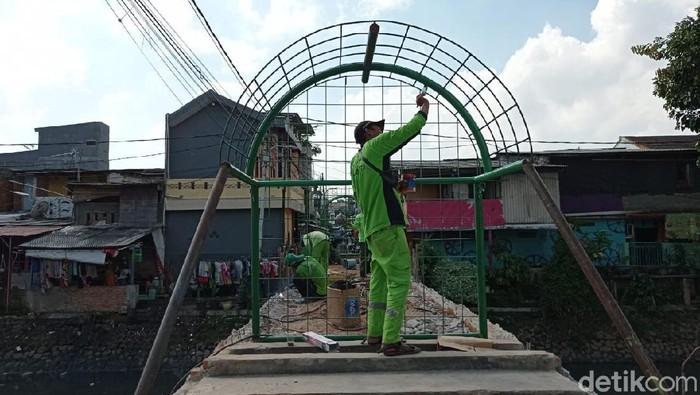 Pembangunan taman di Jembatan Kota Paris, Johar Baru, Jakarta Pusat. 27 Mei 2021. (Sachril Agustin Berutu/detikcom)