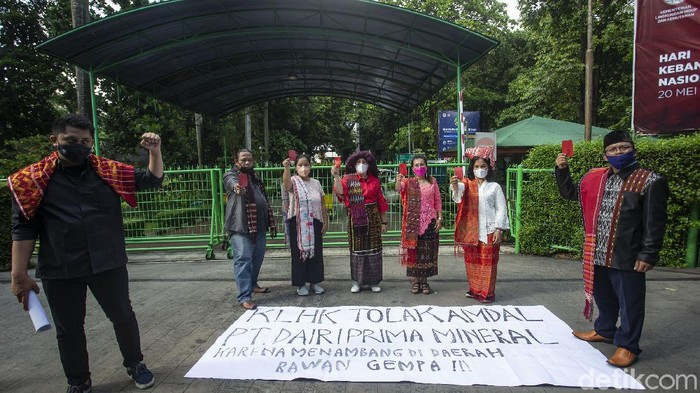 Sejumlah emak-emak berdemo dengan mengacungkan kartu merah di Kementerian Lingkungan Hidup dan Kehutanan (KLHK). Mereka menolak kehadiran perusahaan tambang di Dairi, Sumut.