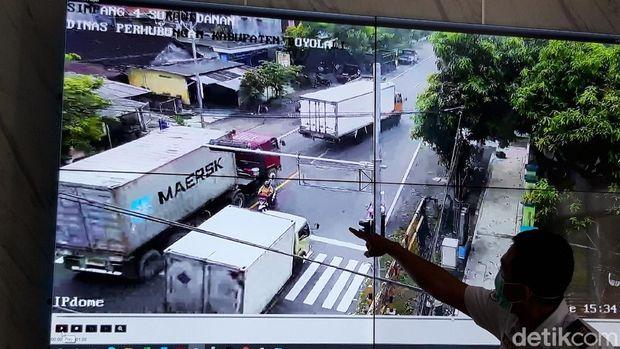 Seorang pemotor emak-emak nyaris terhimpit dua kendaraan boks besar saat berhenti di traffic light Boyolali.