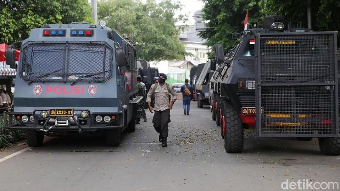 Habib Rizieq Shihab menjalani sidang vonis kasus kerumunan Petamburan-Megamendung di PN Jakarta Timur. Sidang ini dijaga 2.300 personel gabungan dari TNI-Polri.
