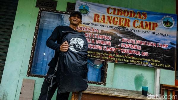 Yayan bekerja sehari-hari sebagai porter Gunung Gede, Jawa Barat. Job sebagai porter ramai ketika memasuki akhir pekan dan saat periode Juli-Oktober. Tetapi ia siap kapan saja jika mendapat panggilan sebagai porter.