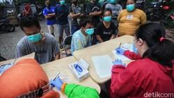 Pemkot Tangerang menggalakan tes COVID-19 untuk menekan penyebaran corona. Di Kelurahan Sudimara Barat, Kota Tangerang, tes dilakukan dengan metode Genose C19.