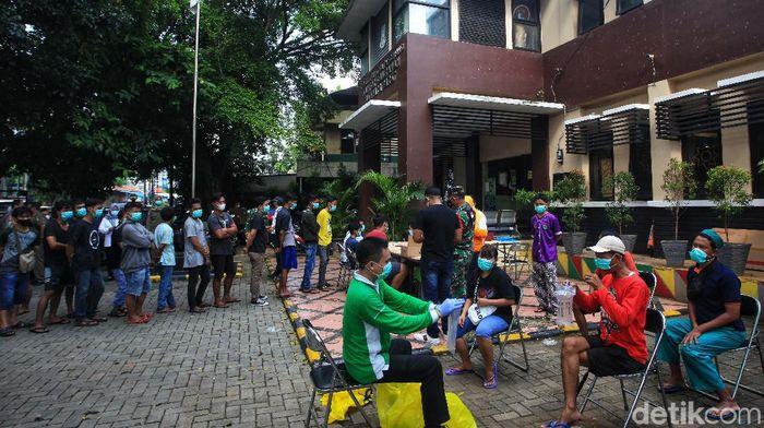 Pemkot Tangerang menggalakan uji tes COVID-19 untuk menekan penyebaran corona. Di Kelurahan Sudimara Barat, Kota Tangerang, tes dilakukan dengan metode Genose C19.
