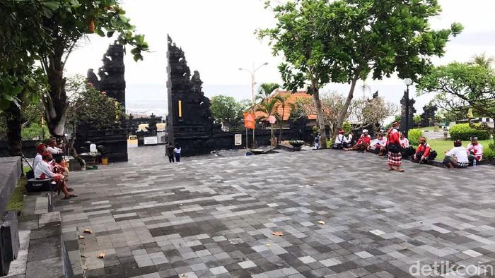 Tanah Lot menjadi salah ikon pariwisata Bali. Tapi semenjak pandemi Corona, pariwisata Bali tidak lagi berdenyut, salah satunya Tanah Lot. Berikut foto-fotonya yang diambil pada Jumat (28/5/2021).