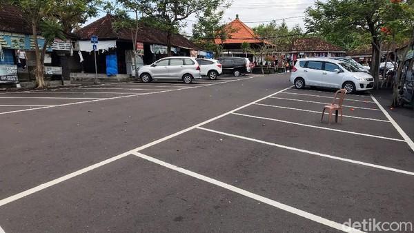 Sepinya pengunjung tampak terlihat di tempat parkir yang sangat lengang. Hanya satu dua bus dan belasan mobil yang parkir. Padahal di waktu sebelum COVID-19, seribuan kendaraan harus berebut tempat parkir.
