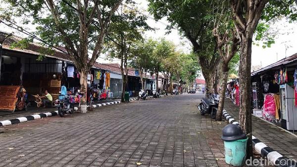 Jalanan di kawasan Tanah Lot juga sepi. Tanah Lot biasanya digunakan umat Hindu Bali untuk melakukan peribadatan pada dewa pelindung lautan.