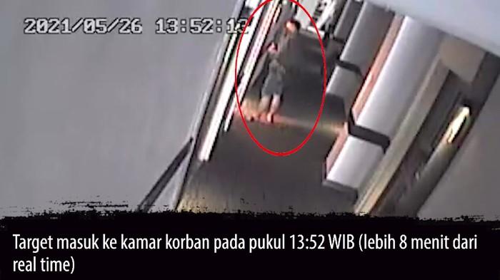 Detik-detik pelaku pembunuhan wanita di hotel di Menteng terekam CCTV, Rabu (25/5/2021). Foto tangkapan layar CCTV hotel dari Kasat Reskrim Polres Metro Jakarta Pusat AKBP Teuku Arsya Khadafi.