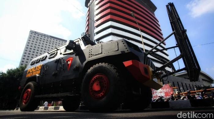 Gedung Merah Putih KPK, Jakarta, dijaga ketat oleh aparat dari TNI-Polri serta Satpol PP. Di lokasi juga terpantau kendaraan lapis baja barracuda dan kawat berduri disiagakan di lokasi.