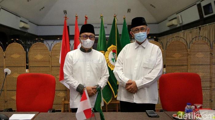 Wakil ketua MPR Zulkifli Hasan bertemu dengan Ketua Umum Lembaga Dakwah Islam Indonesia KH Chriswanto Santoso di DPP LDII, Jakarta, Jumat (28/5/2021). Pertemuan ini mambahas tentang situasi perkembangan isu sosial, ekonomi dan politik bangsa dan negara.